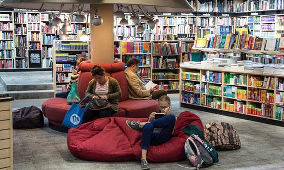 Pessoas na Livraria - Click Interativo