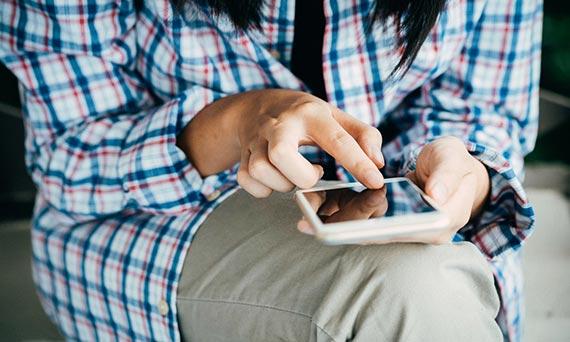 Marketing Digital - Mulher com telefone na mão - Click Interativo