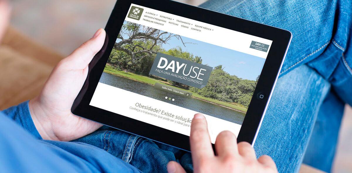 Site responsivo da Clinica da Obesidade sendo acessado via tablet.